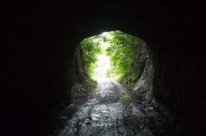 洞窟の先に見る光