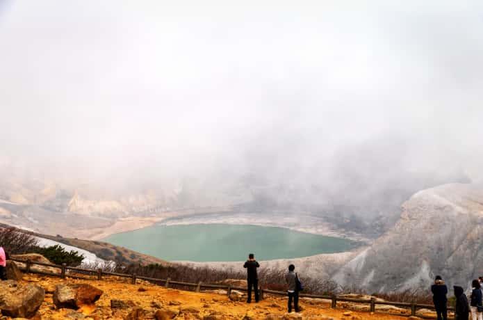 蔵王お釜と霧