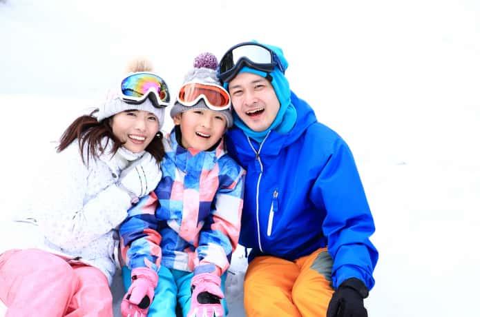 スキーウェアを着た家族