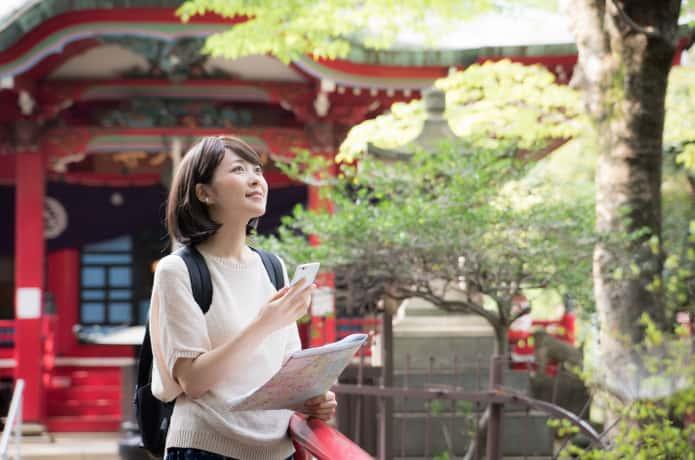 一人旅する女性イメージ