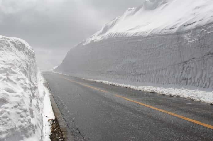 蔵王エコーラインに続く雪の壁