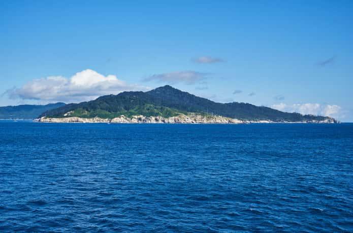 太平洋に浮かぶ金華山