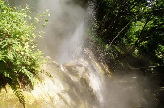 地獄谷遊歩道 噴出する温泉