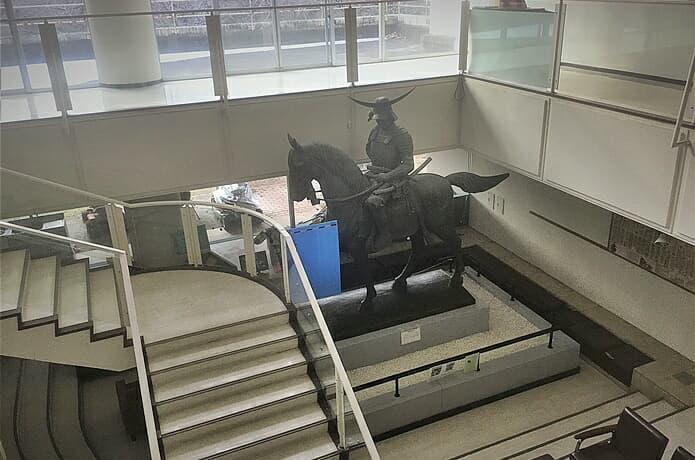 伊達政宗公の騎馬像と通路