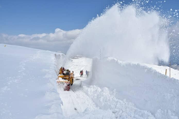 雪の壁 雪上車